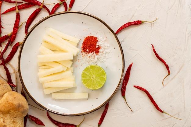 Bovenaanzicht kaas met roodgloeiende chili pepers
