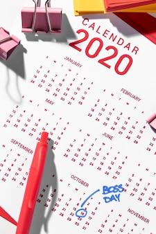 Bovenaanzicht kalender en bindclips
