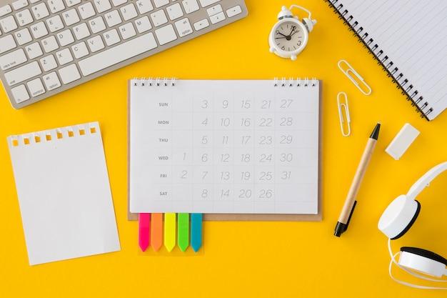 Bovenaanzicht kalender en toetsenbord