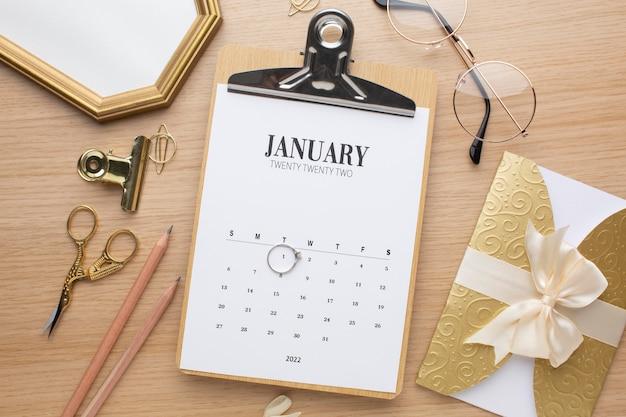 Bovenaanzicht kalender op bureau