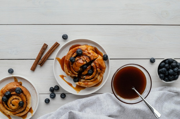 Bovenaanzicht kaneelbroodjes met fruit