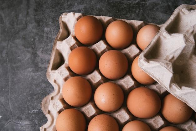 Bovenaanzicht karton met eieren
