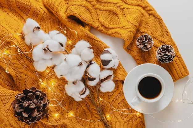 Bovenaanzicht katoen op pullover met koffiekopje