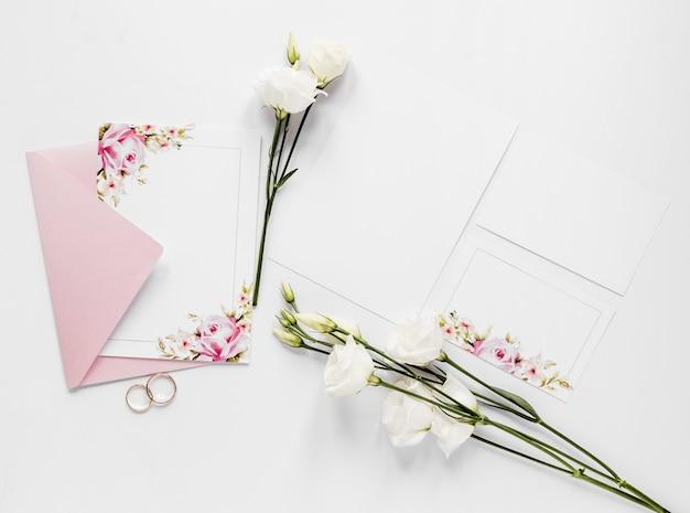 Bovenaanzicht katoenen takken met bruiloft uitnodiging