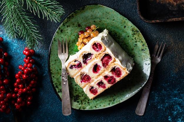 Bovenaanzicht kersencake op tafel