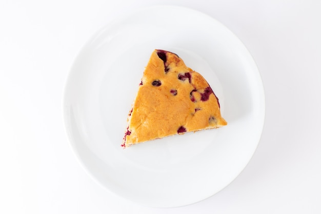 Bovenaanzicht kersencake plak in witte plaat op de witte achtergrond cake biscuit zoete suiker deeg bakken