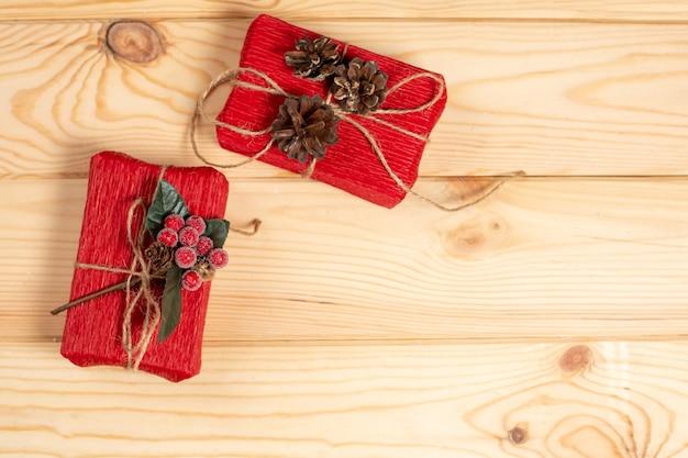 Bovenaanzicht kerst geschenkdozen op houten tafel