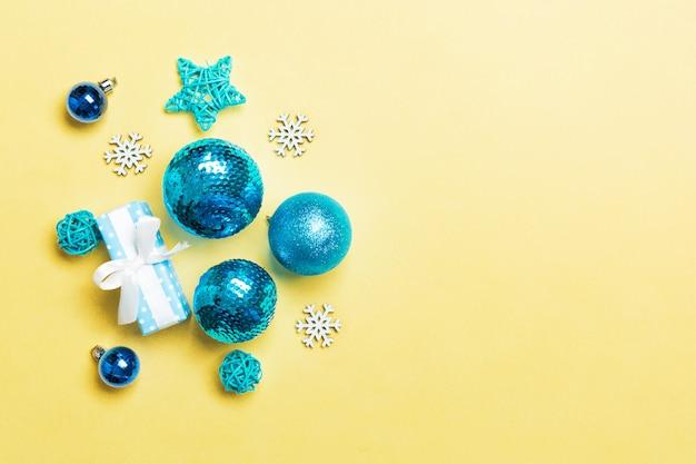 Bovenaanzicht kerstballen en creatieve decoraties op kleurrijke copyspace.