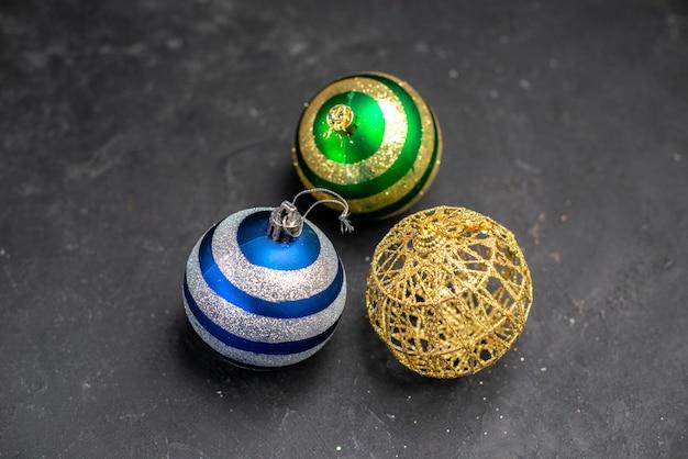 Bovenaanzicht kerstboom ballen op donkere geïsoleerde oppervlakte vrije ruimte