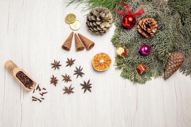 Bovenaanzicht kerstboom met kegels en speelgoed op witruimte
