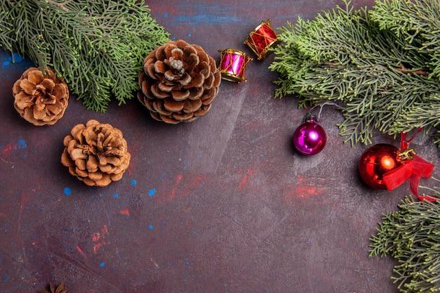 Bovenaanzicht kerstboom met kegels op donkere ruimte
