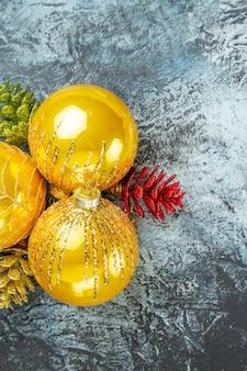Bovenaanzicht kerstboom speelgoed kerst ornamenten op grijze ondergrond