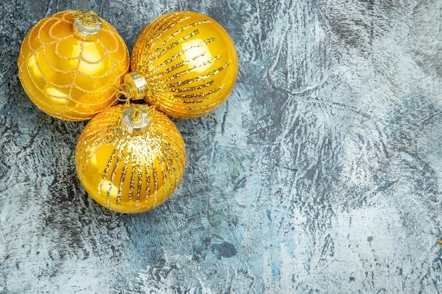 Bovenaanzicht kerstboom speelgoed op grijs oppervlak