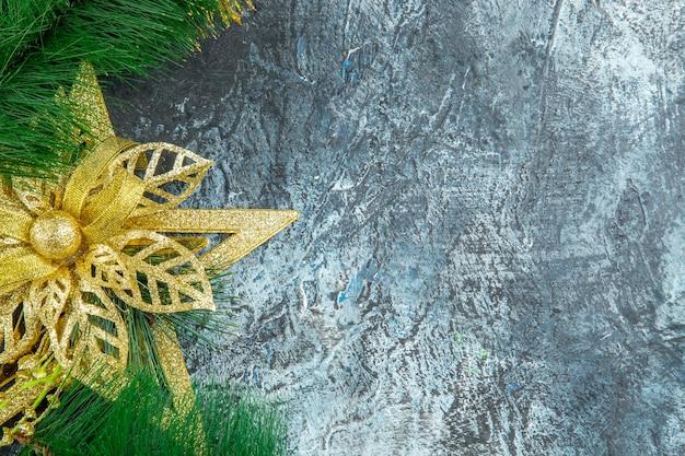 Bovenaanzicht kerstboom speelgoed op grijze achtergrond met vrije ruimte xmas foto