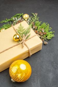 Bovenaanzicht kerstcadeau dennenboom takken kerstboom speelgoed op donkere ondergrond