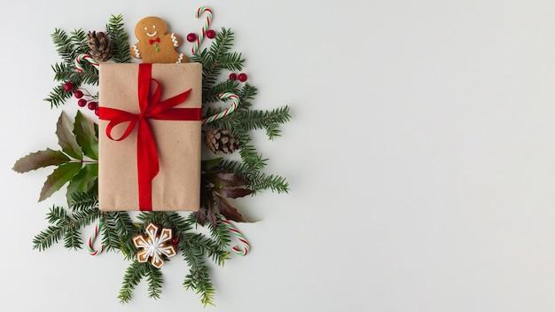 Bovenaanzicht kerstcadeau met kopie ruimte