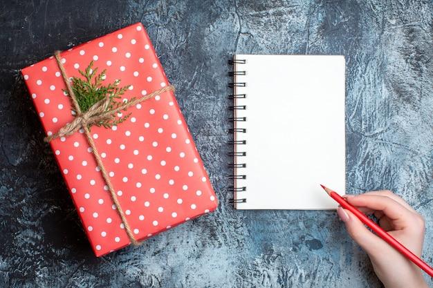 Bovenaanzicht kerstcadeau met notitieboekje