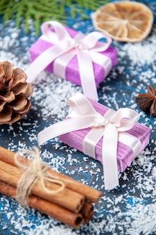 Bovenaanzicht kerstcadeaus dennenboom takken kegels anijs op blauwe achtergrond vrije plaats