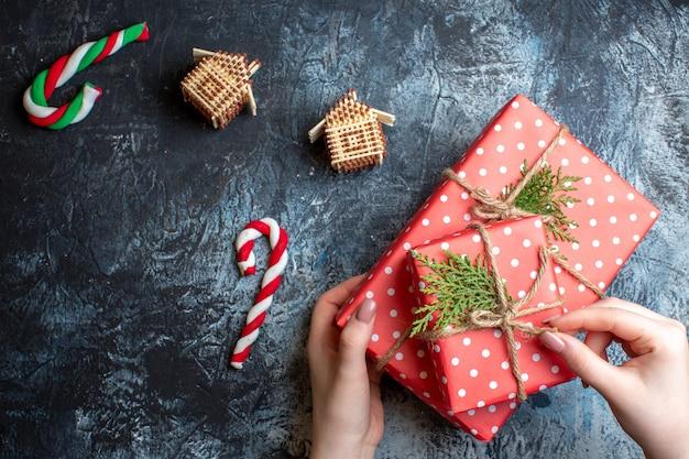 Bovenaanzicht kerstcadeaus en decoraties