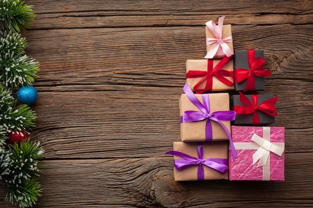 Bovenaanzicht kerstcadeaus met kopie ruimte