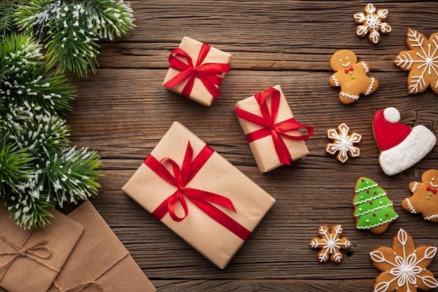 Bovenaanzicht kerstcadeaus op een tafel