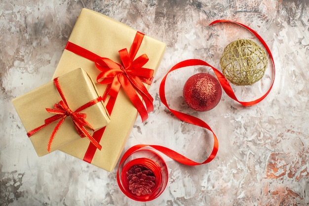 Bovenaanzicht kerstcadeaus op witte foto kleur nieuwjaarscadeau vakantie xmas