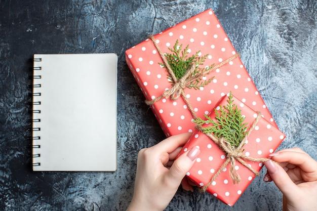 Bovenaanzicht kerstcadeautjes en leeg notitieboekje