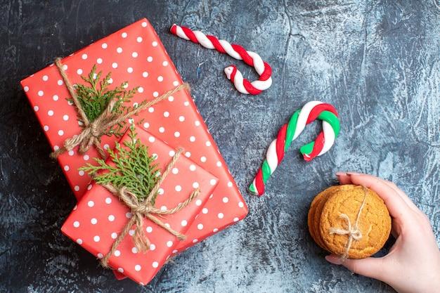 Bovenaanzicht kerstcadeautjes met koekjes