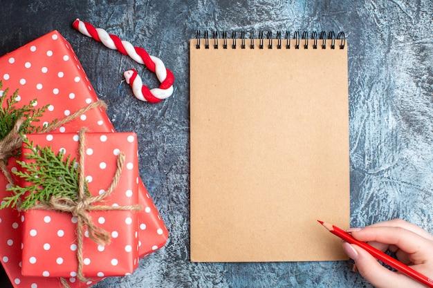 Bovenaanzicht kerstcadeautjes met leeg notitieboekje