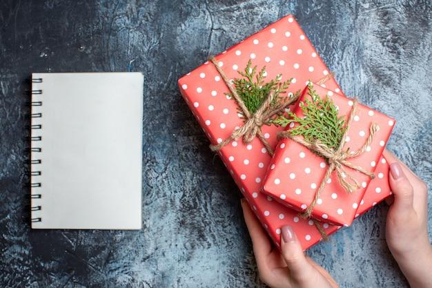 Bovenaanzicht kerstcadeautjes met notitieboekje