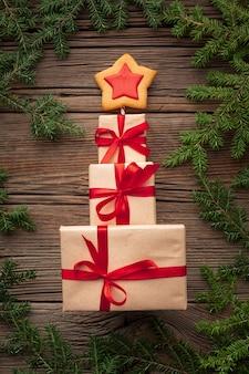 Bovenaanzicht kerstcadeautjes op een tablet