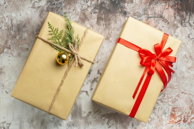 Bovenaanzicht kerstcadeautjes vastgebonden met rode strik op de witte kleur nieuwjaarscadeau foto vakantie xmas
