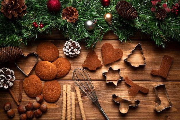 Bovenaanzicht kerstkoekjes met gebruiksvoorwerpen