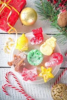 Bovenaanzicht kerstkoekjes op tafel