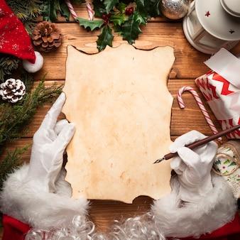 Bovenaanzicht kerstman controleert zijn lijst