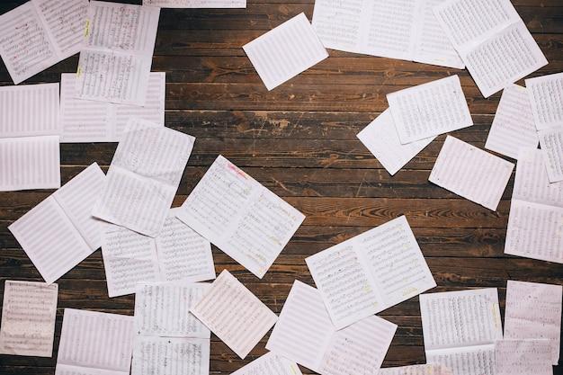 Bovenaanzicht kerstmuziek opmerking papier op houten tafel