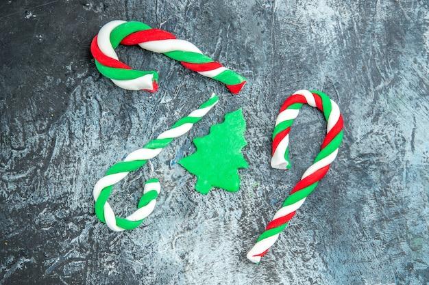 Bovenaanzicht kerstsnoepjes op grijs oppervlak