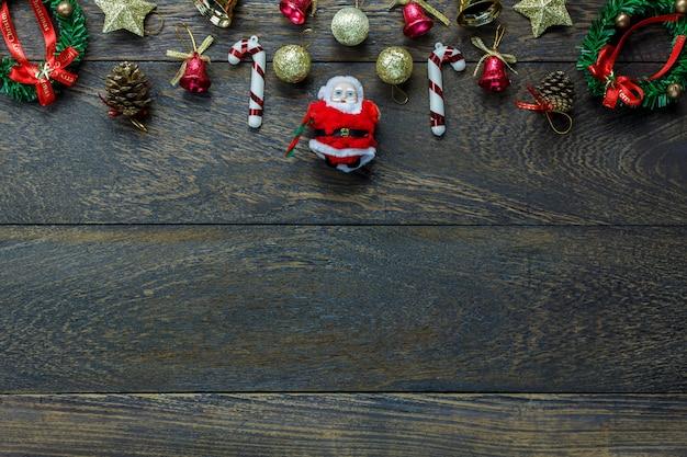 Bovenaanzicht kerstversiering en santa claus pop op houten achtergrond met kopie ruimte.