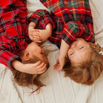 Bovenaanzicht kinderen plezier op eerste kerstdag