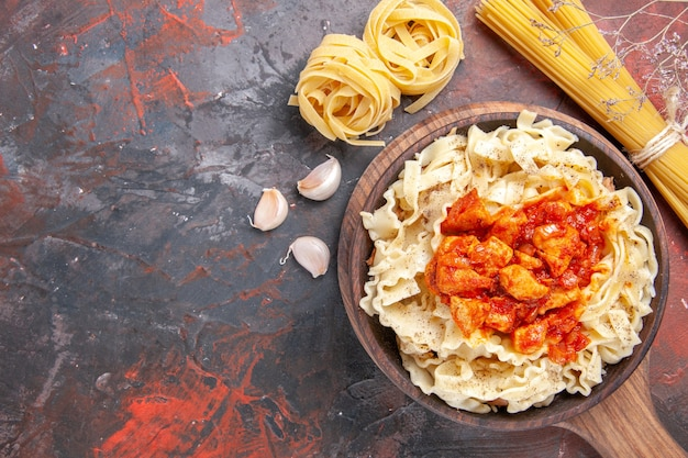 Bovenaanzicht kip met deeg pastaschotel op het donkere oppervlak donkere pastaschoteldeeg
