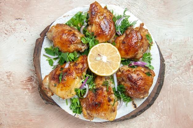 Bovenaanzicht kip schotel van kip met citroen kruiden ui op lavash op het bord