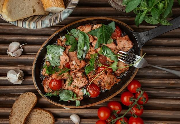 Bovenaanzicht kip stoofpot in een pan met kruiden