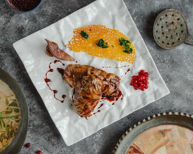 Bovenaanzicht kip stoofpot met gele bouillon saus