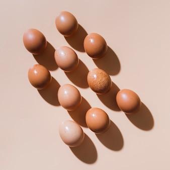 Bovenaanzicht kippeneieren op tafel