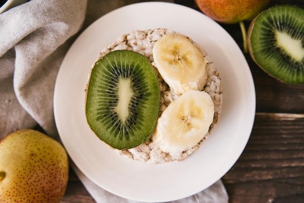 Bovenaanzicht kiwi en banaan plakjes