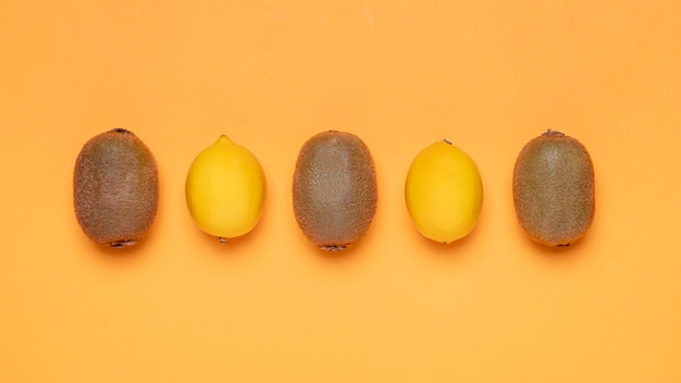 Bovenaanzicht kiwi en citroenen arrangement