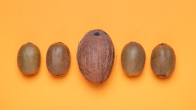 Bovenaanzicht kiwi en kokos arrangement