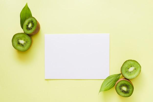 Bovenaanzicht kiwi's met papier