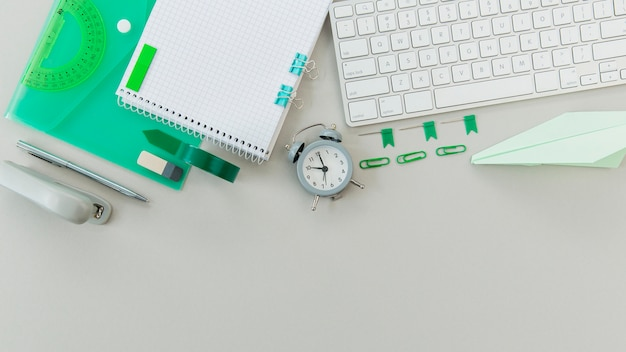 Bovenaanzicht kladblok met toetsenbord op de tafel