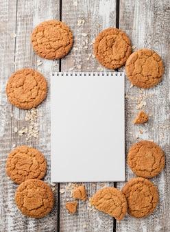 Bovenaanzicht kladblok omgeven door cookies